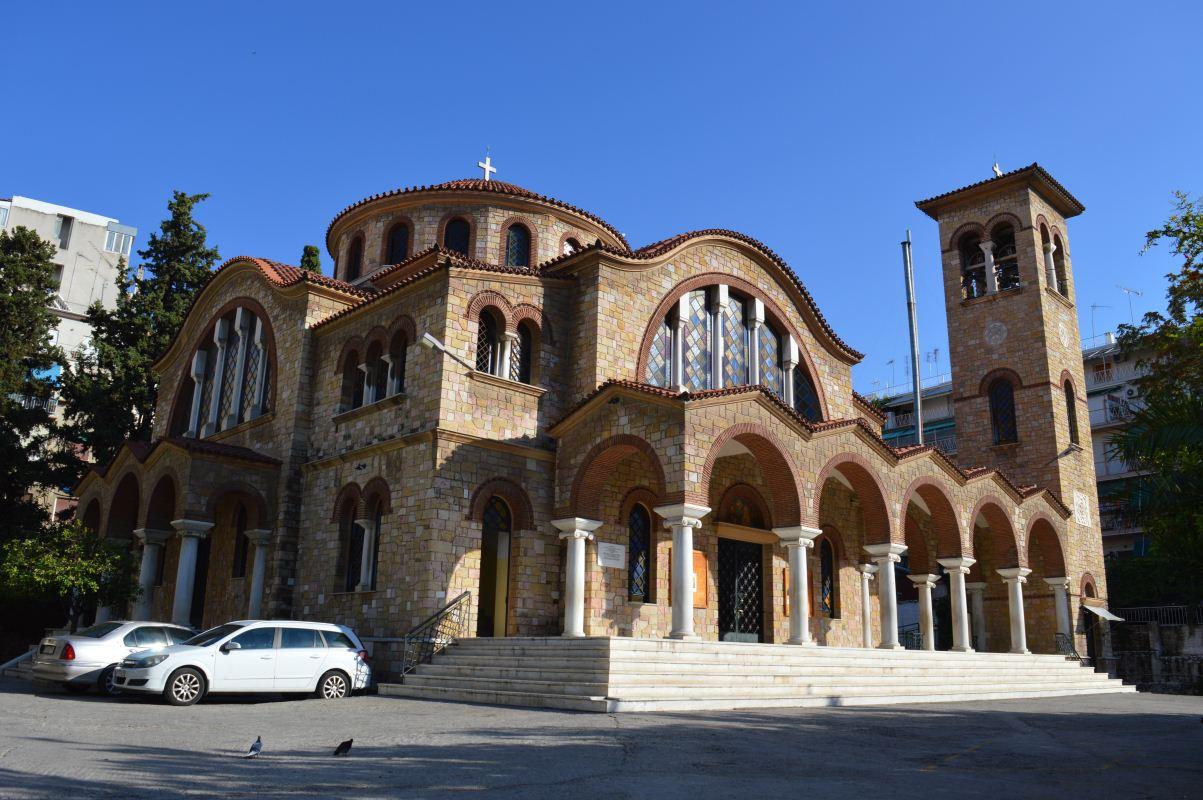 Η εκκλησία εξωτερικά και το προαύλιο