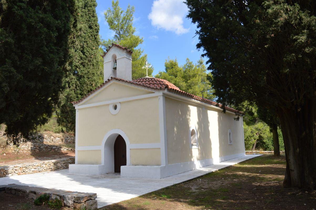Η είσοδος της εκκλησίας και το εξωτερικό της