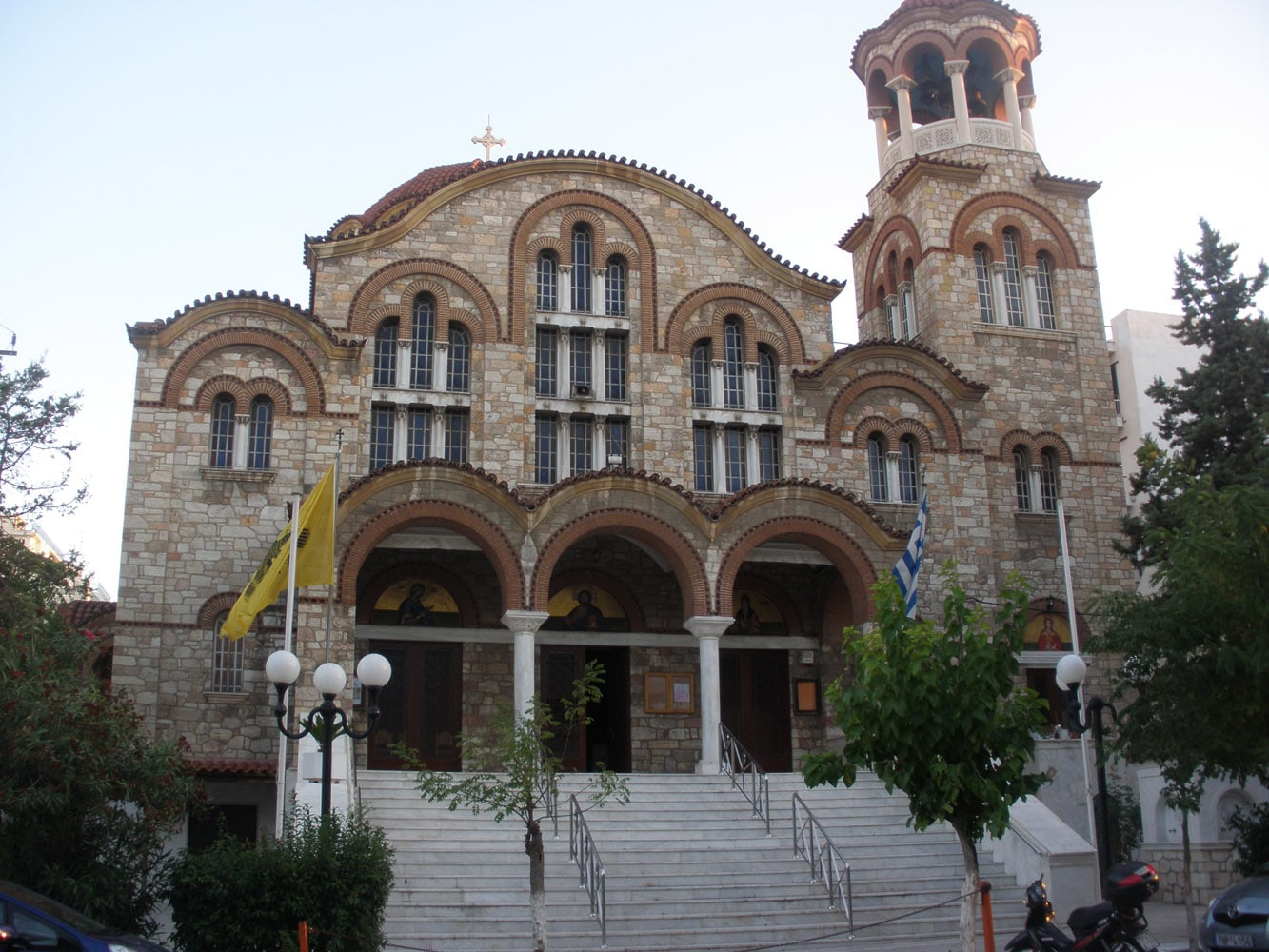 Η εκκλησία εξωτερικά με τα σκαλοπάτια