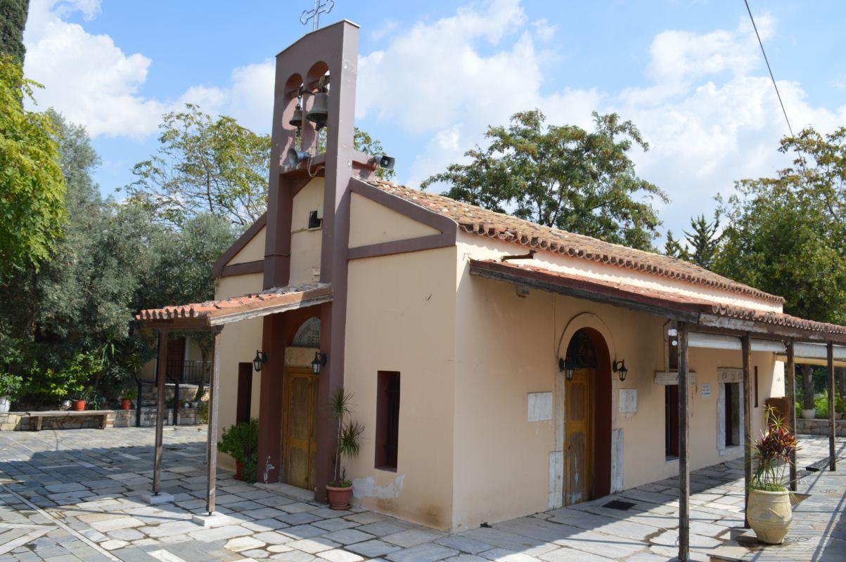 Η είσοδος της εκκλησίας